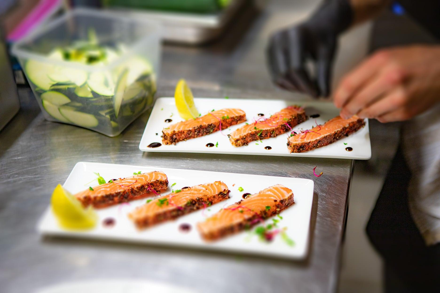 Tataki de saumon mariné aux 5 baies, snaké aller-retour
