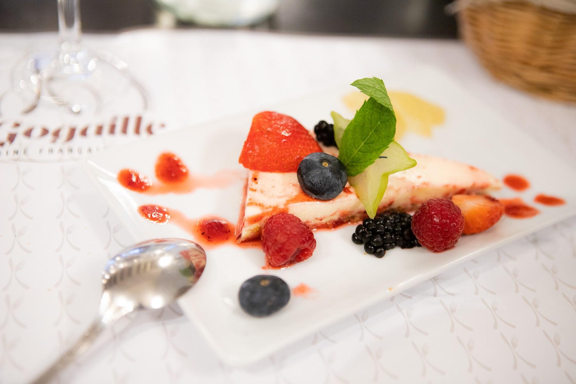Cheesecake aux fruits rouges sur son fond de spéculos dessert signature du chef