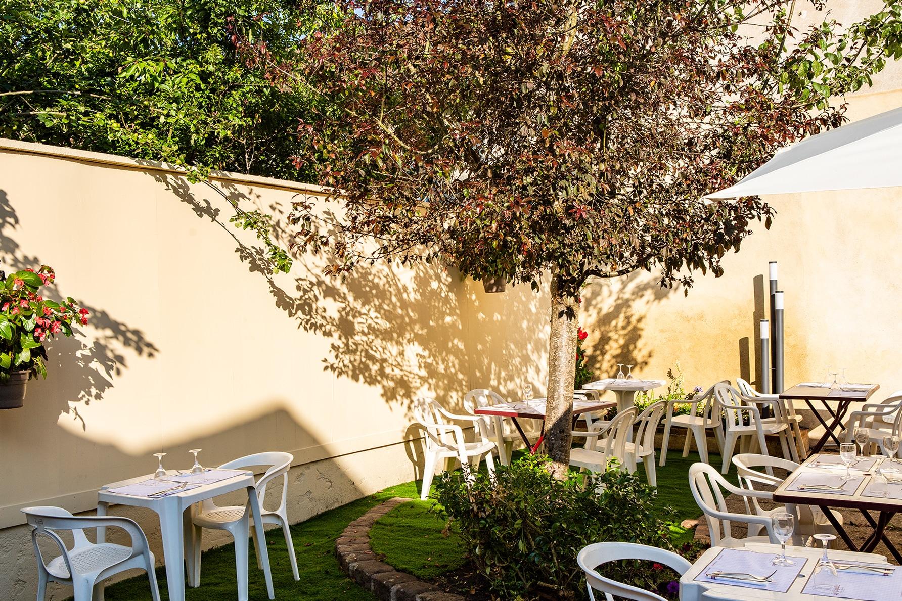 La terrasse du Gogaille au soleil ou sous l'ombre d'un arbre